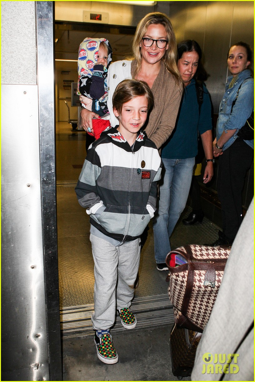 kate hudson ryder bingham family flight 082822270
