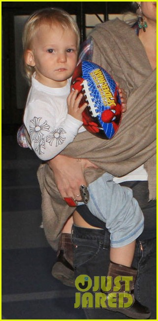 kate hudson lax departure with the little ones 05