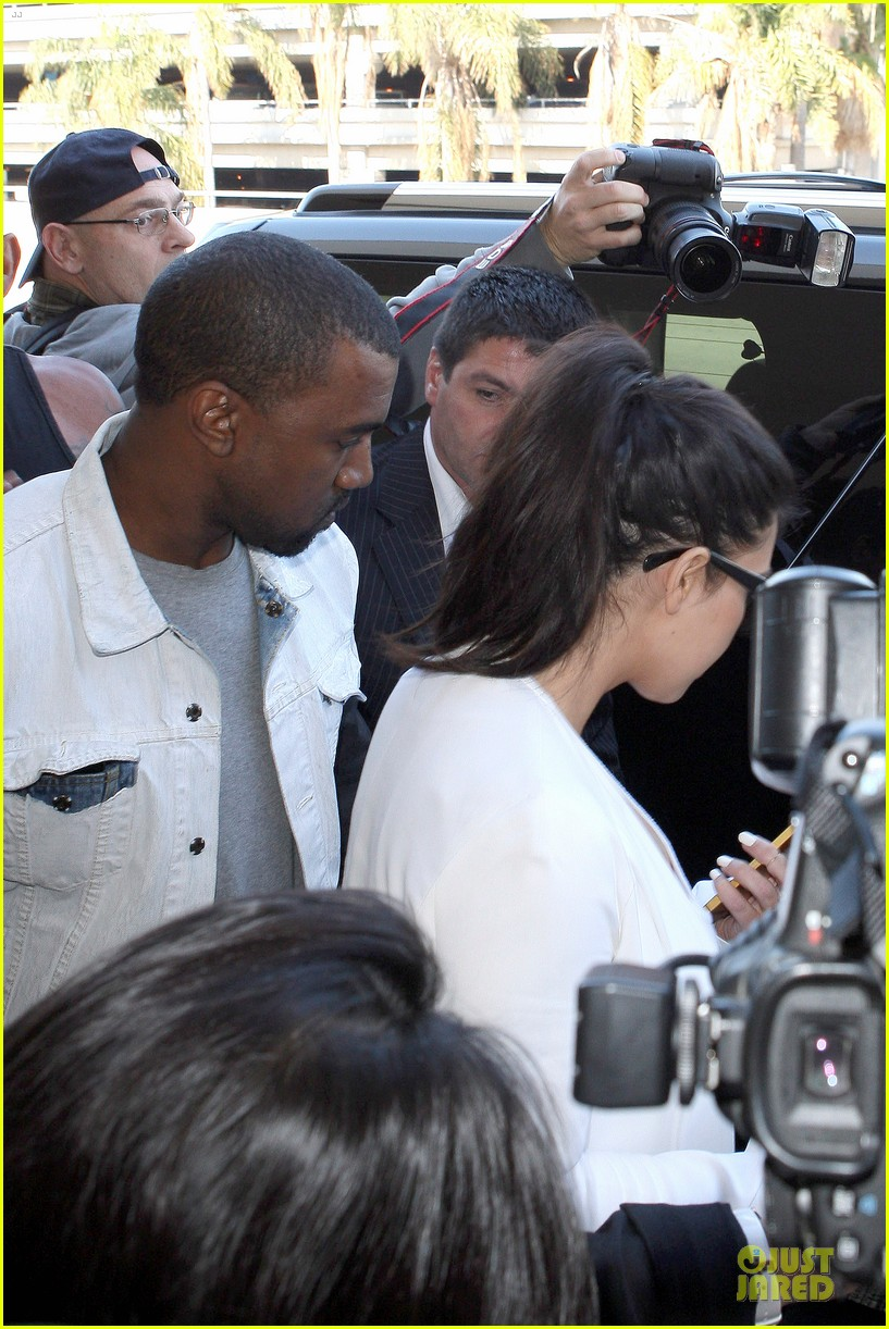 pregnant kim kardashian kanye west lax arrival after brazilian vacation 23
