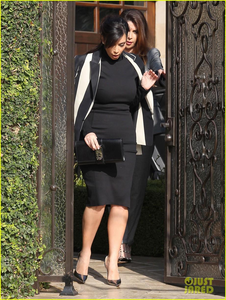 kim kardashian faces criticism for tweeting gun photo 062806036