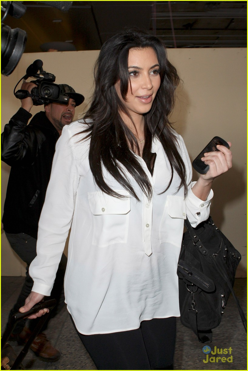 kim kardashian pregnant in heels at lax airport 02