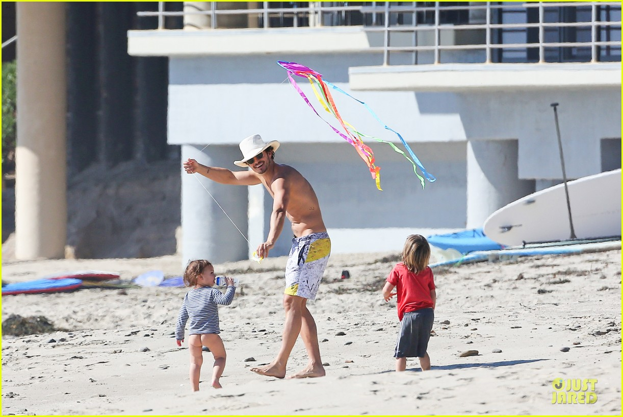 miranda kerr orlando bloom kite flying with flynn 06