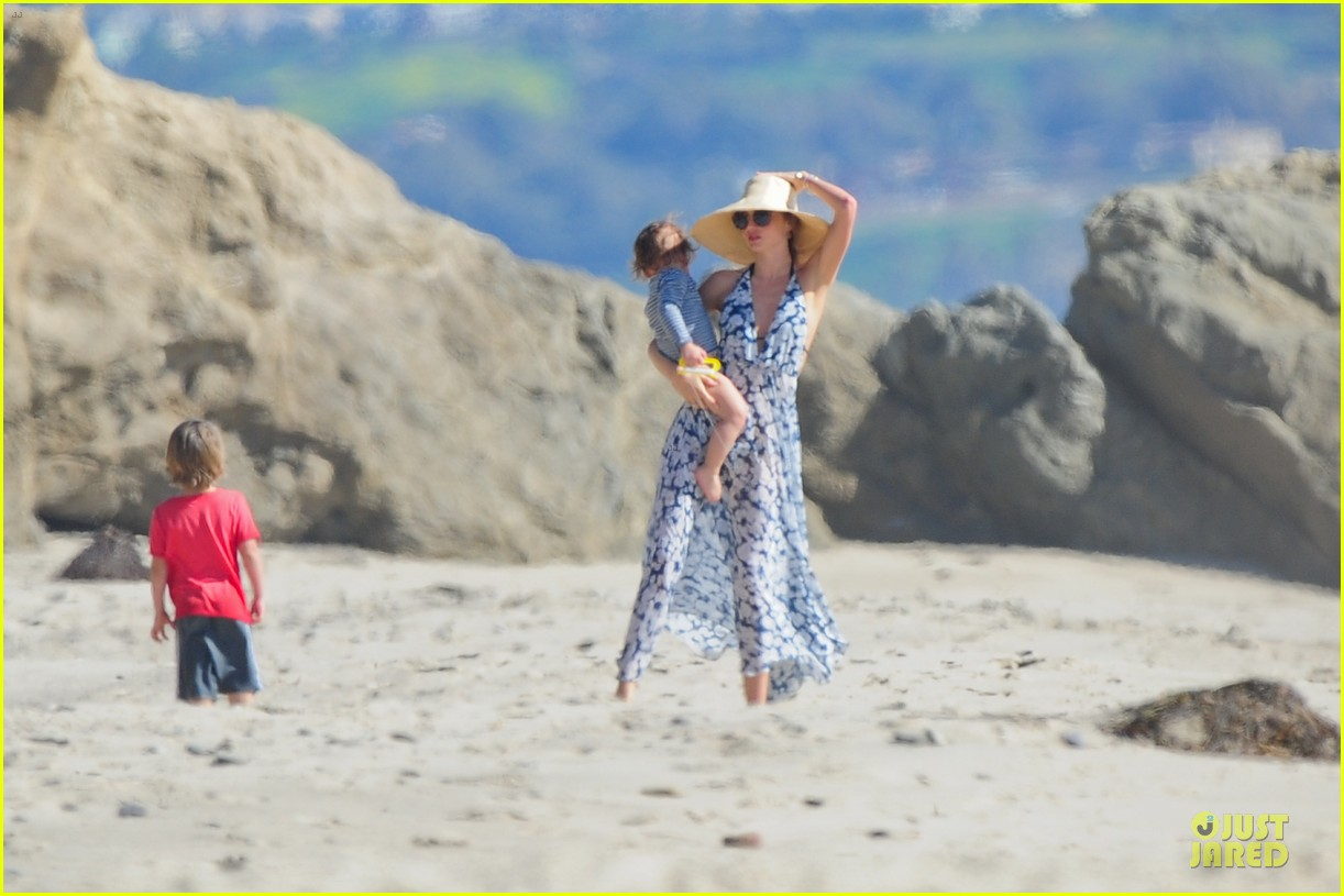 miranda kerr orlando bloom kite flying with flynn 07