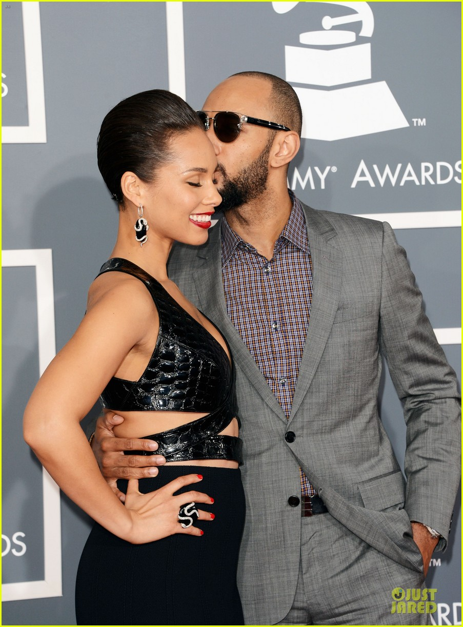 alicia keys swizz beatz grammys 2013 red carpet 02