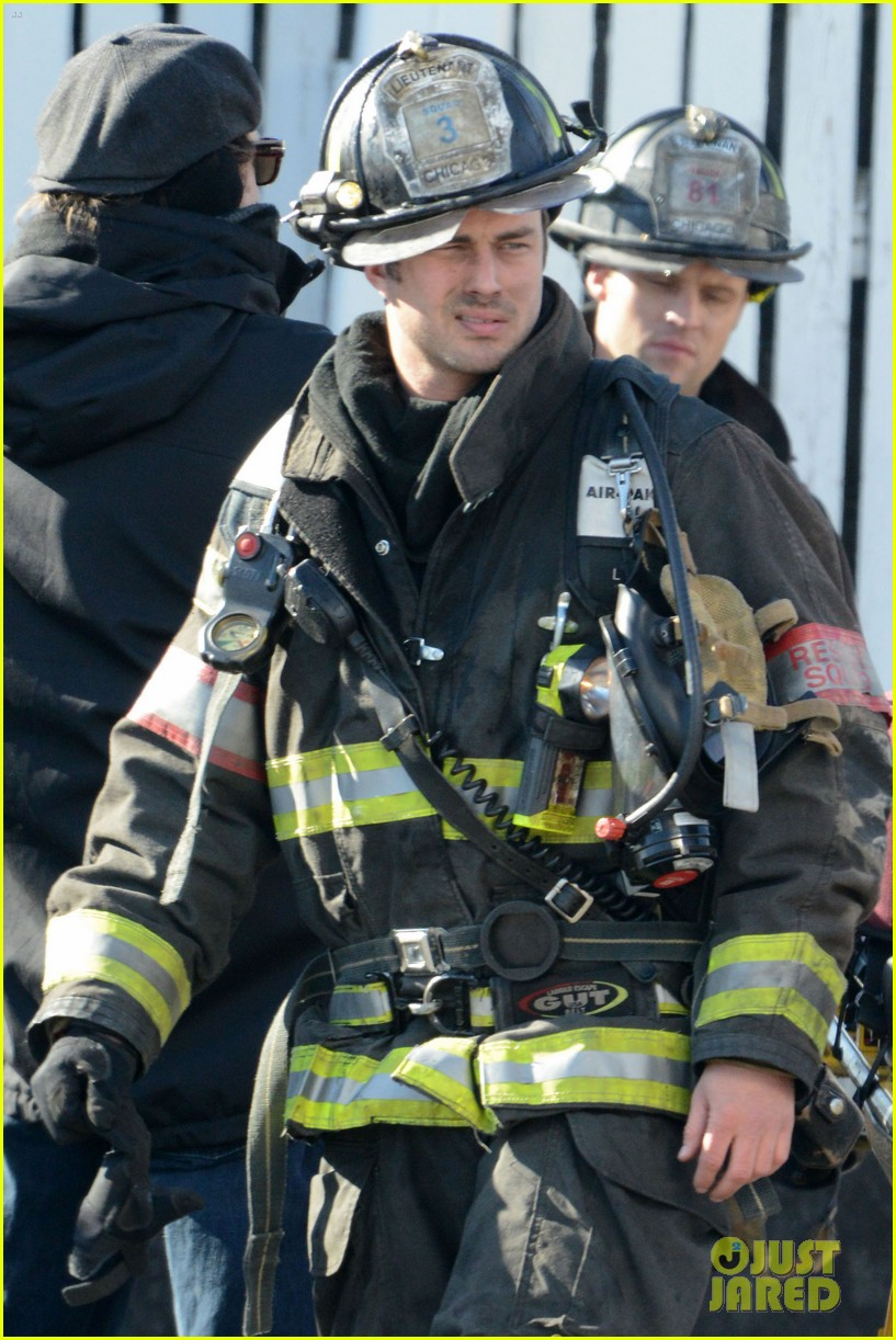 taylor kinney films chicago fire while gilfriend lady gaga has surgery 022816496