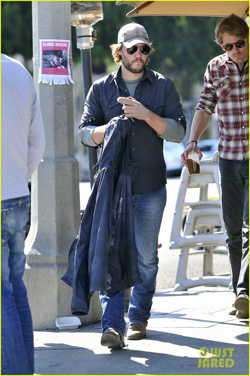 taylor kitsch arm bandage at kings road cafe 01