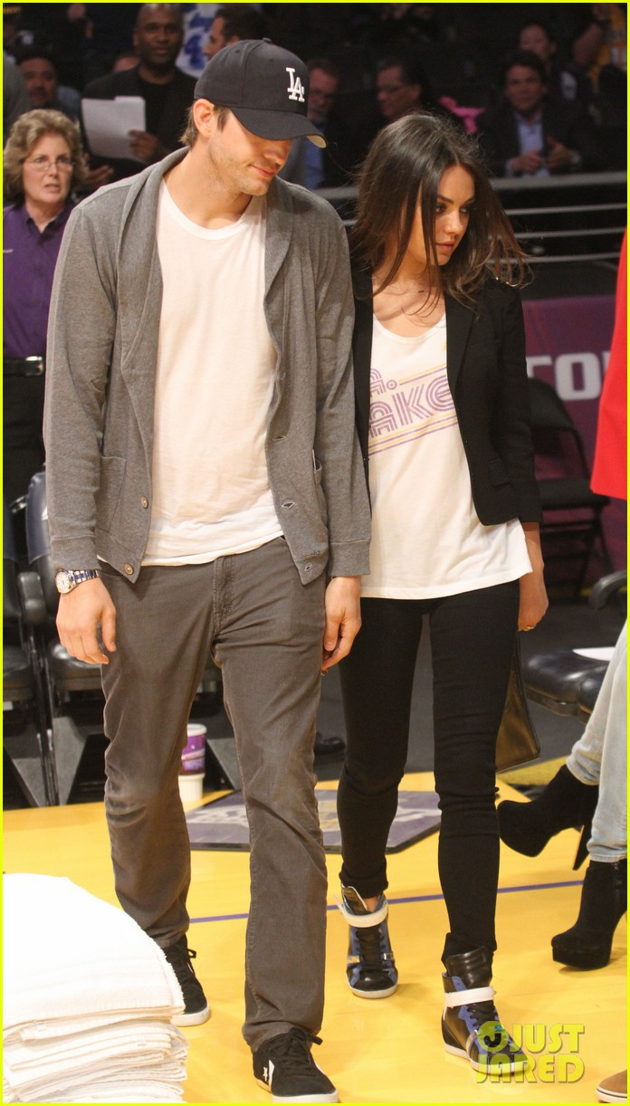 ashton kutcher mila kunis lakers game couple 04