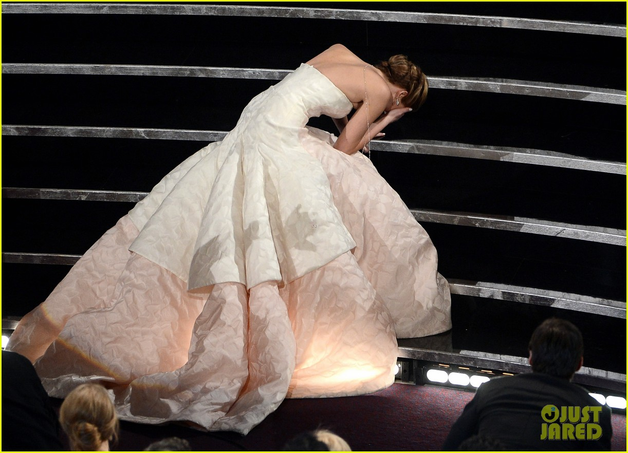 jennifer lawrence wins best actress falls on stage 02