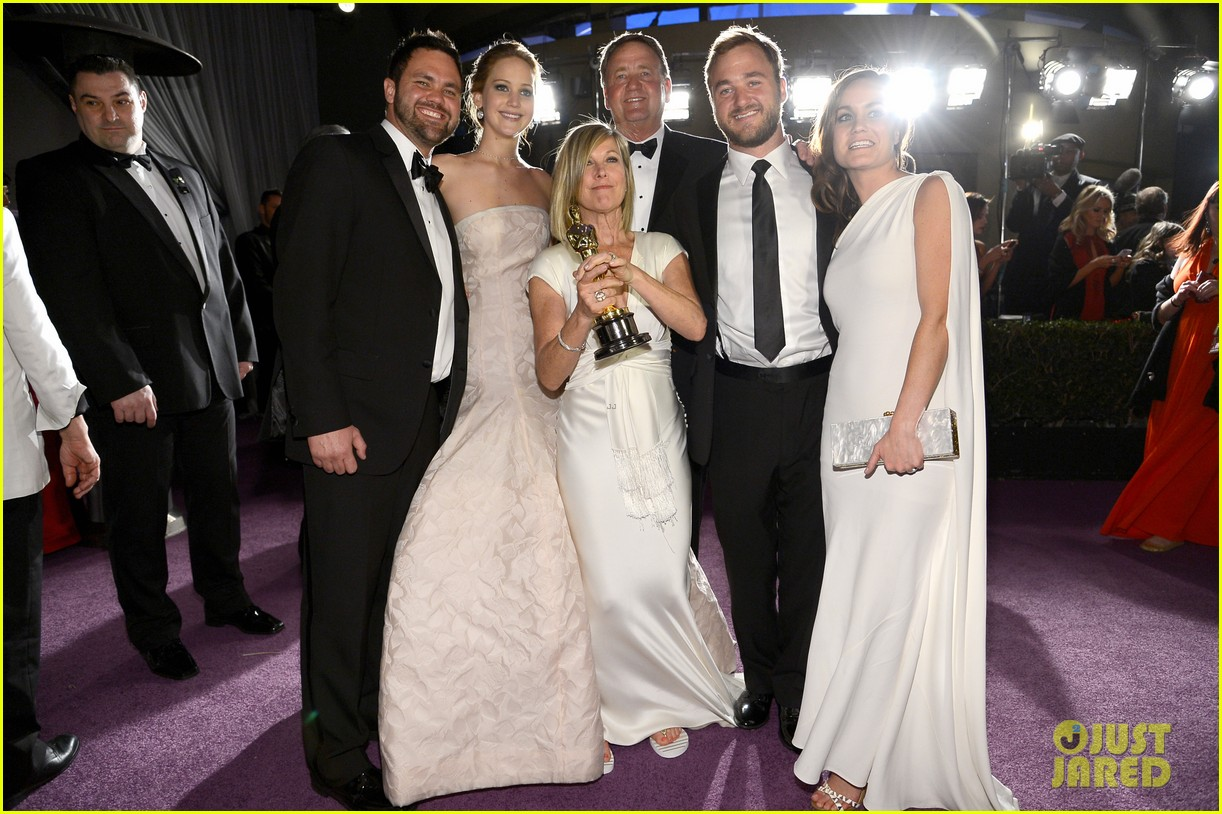 jennifer lawrence mobbed by family post oscars win 01