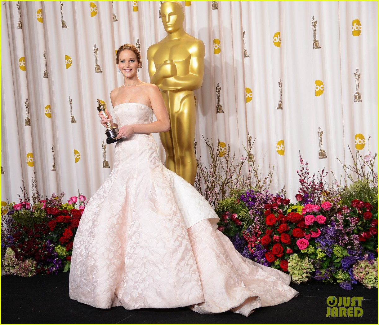 jennifer lawrence oscars press room photos 2013 01