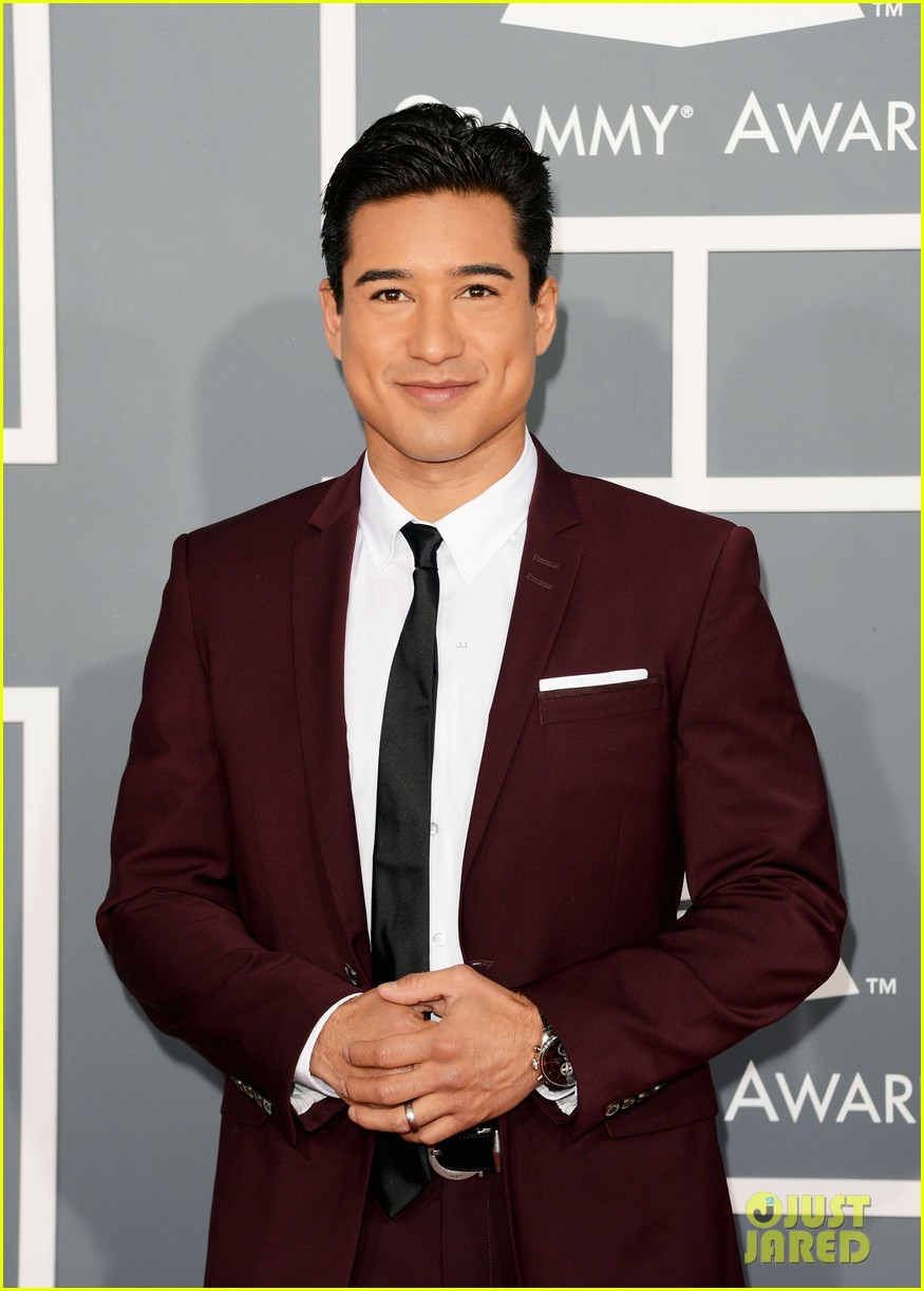 mario lopez maria menounos grammys 2013 red carpet 04