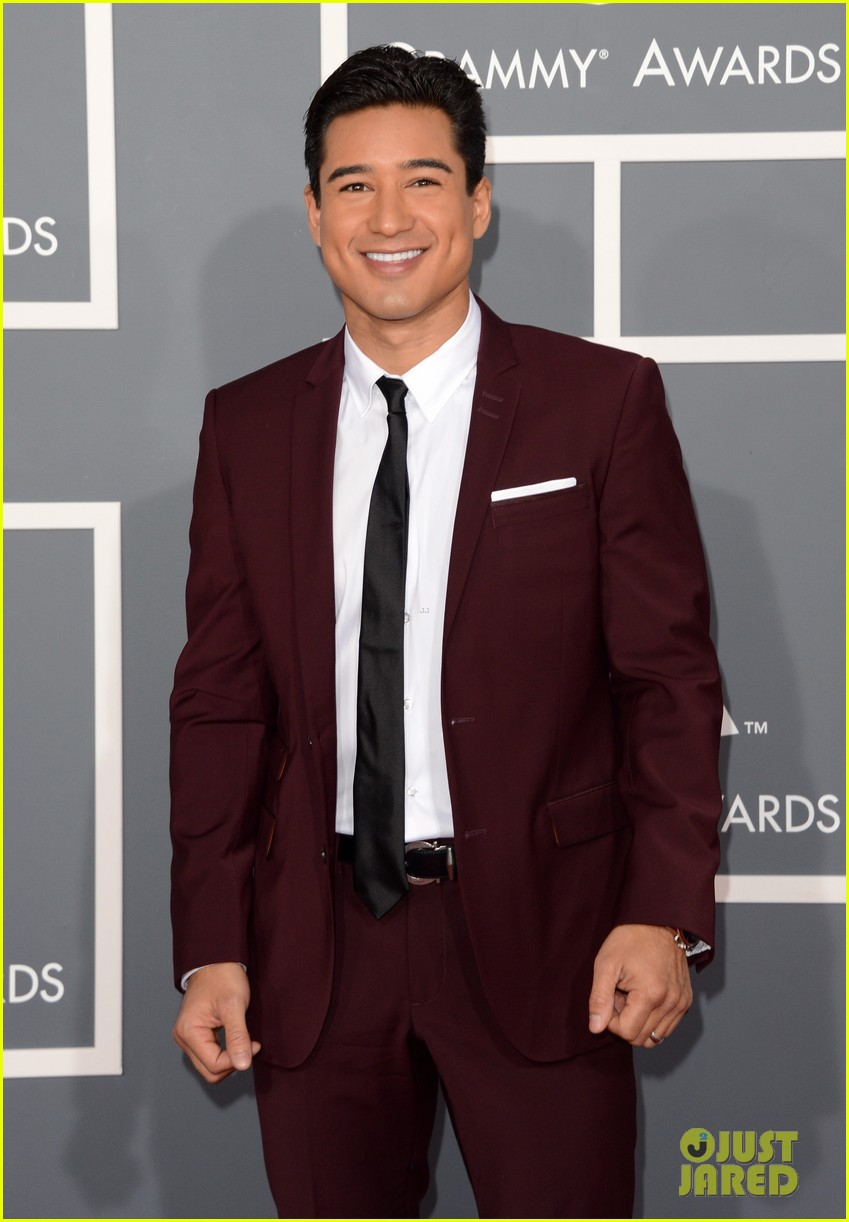 mario lopez maria menounos grammys 2013 red carpet 08