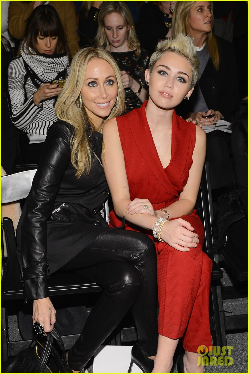miley cyrus rachel zoe fashion show with mom tish 05