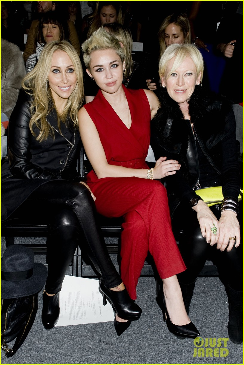 miley cyrus rachel zoe fashion show with mom tish 13