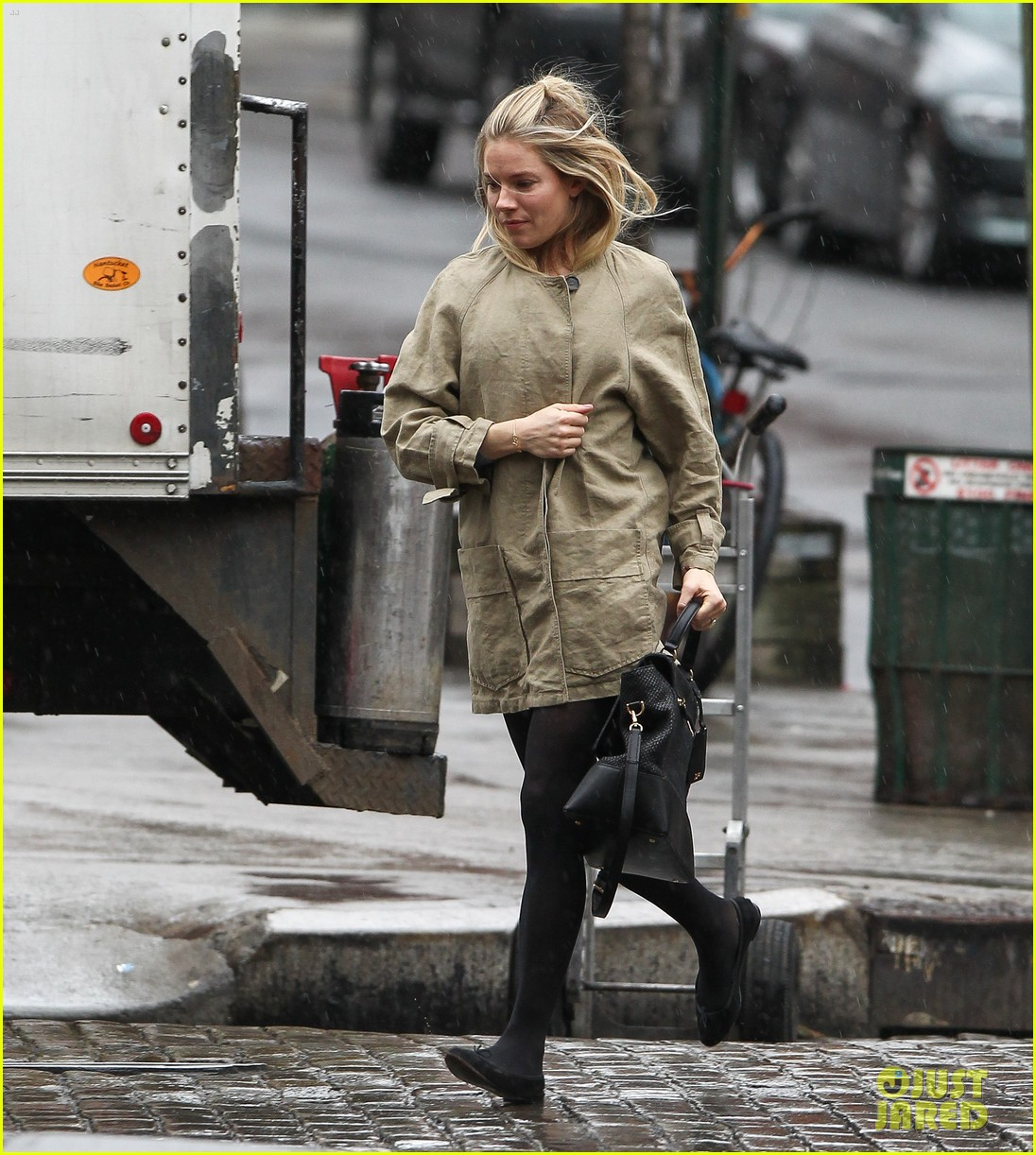 sienna miller runs in the rain 01