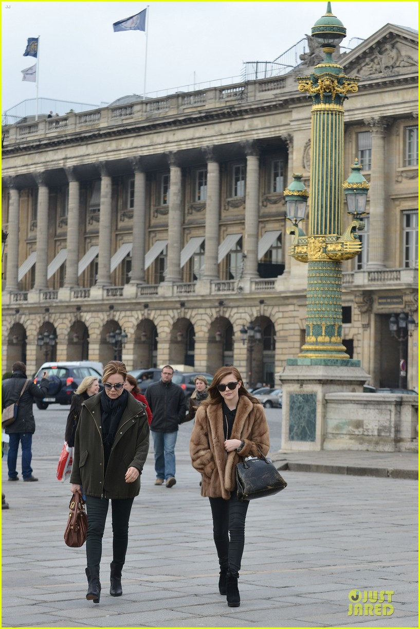 chloe moretz eiffel tower tour with mother teri 01