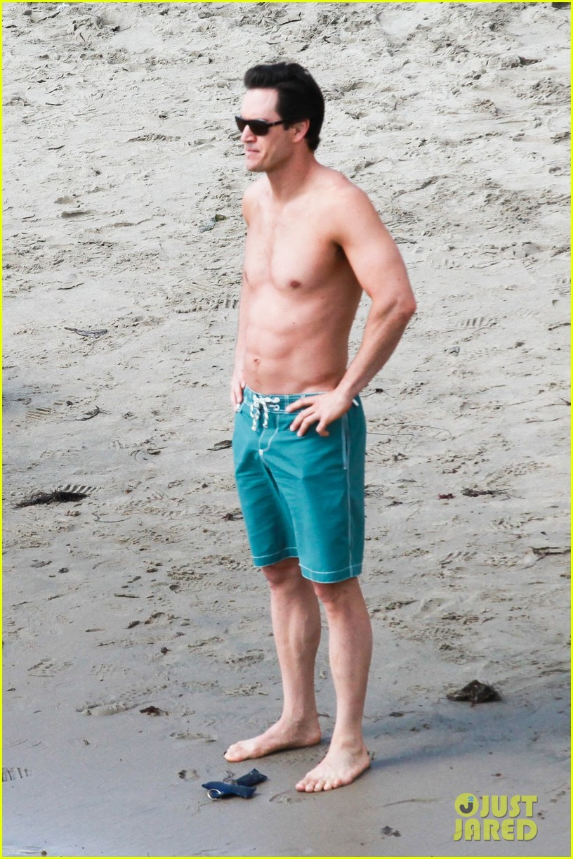 mark paul gosselaar shirtless on franklin bash set 02
