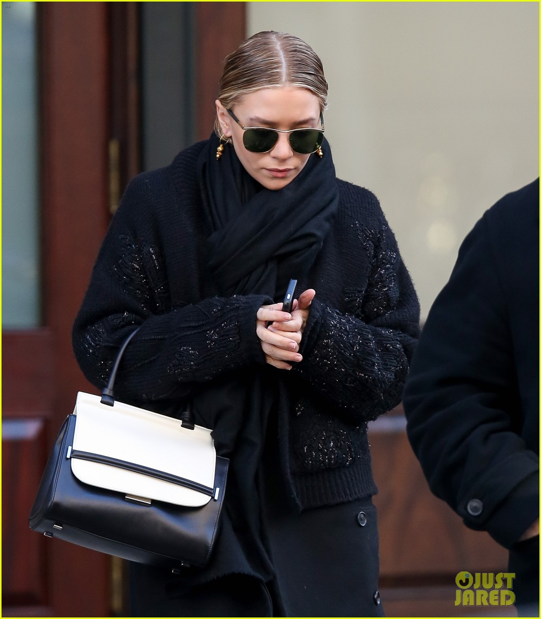 mary kate ashley olsen separate nyc outings 02