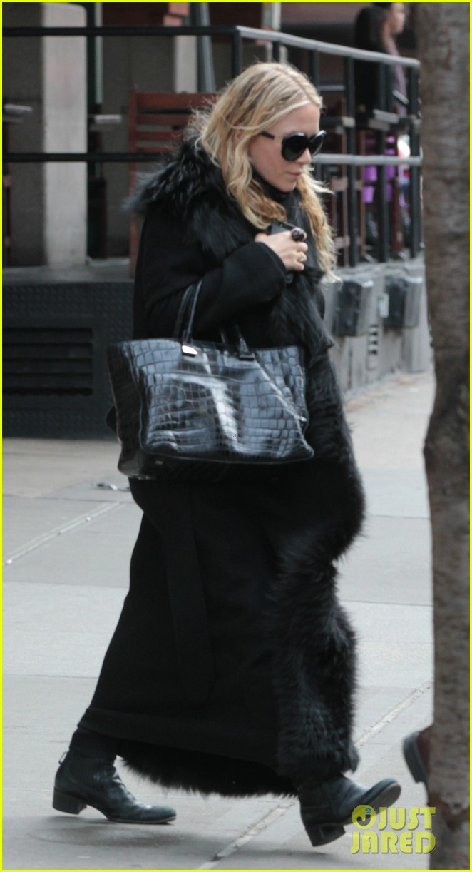 mary kate ashley olsen separate nyc outings 03