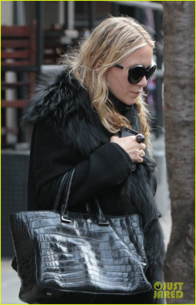 mary kate ashley olsen separate nyc outings 04