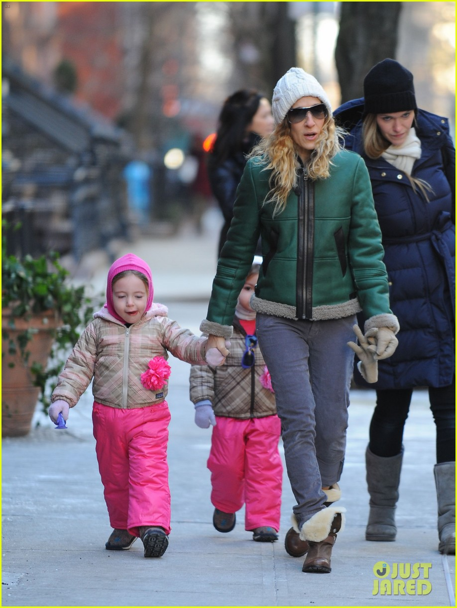 sarah jessica parker bundled up in the big apple 112805123