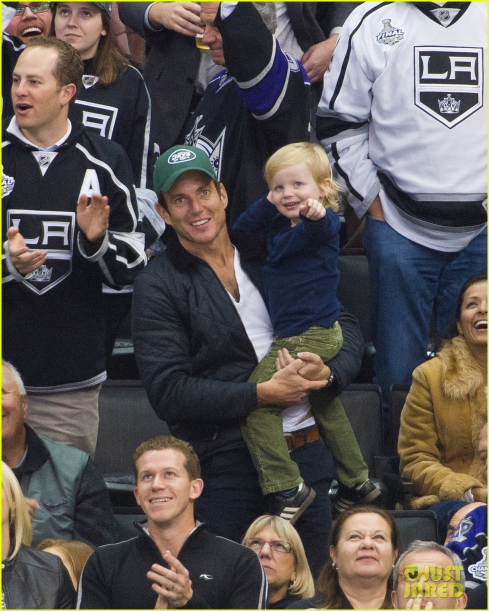 amy poehler grabs sushi will arnett archie cheer on kings 03
