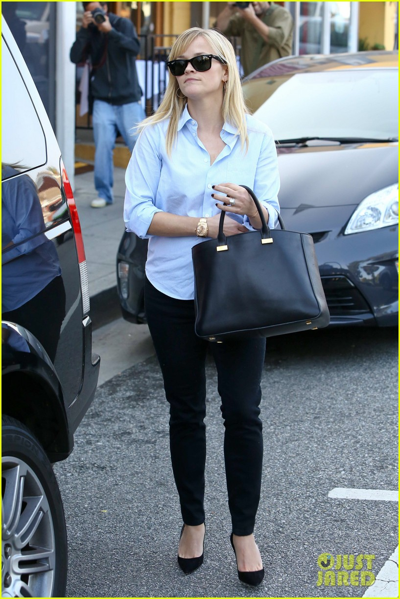 reese witherspoon post lunch shopping trip 07