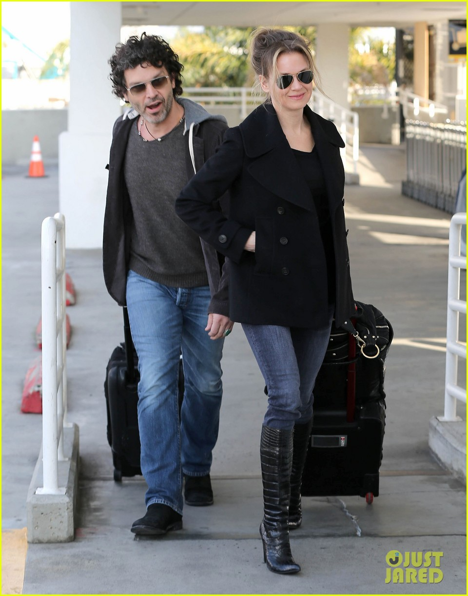 renee zellweger departs lax after chicago cast oscar news 012810579