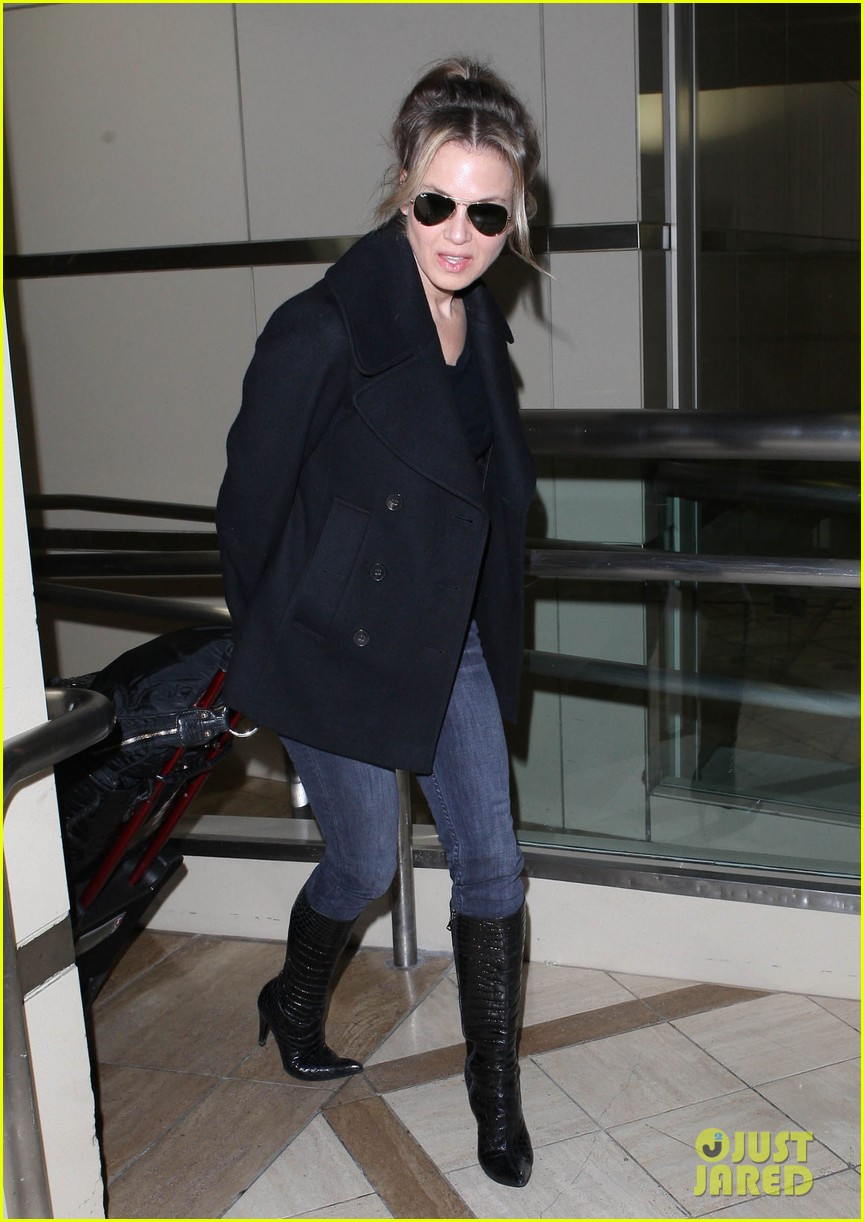 renee zellweger departs lax after chicago cast oscar news 032810581