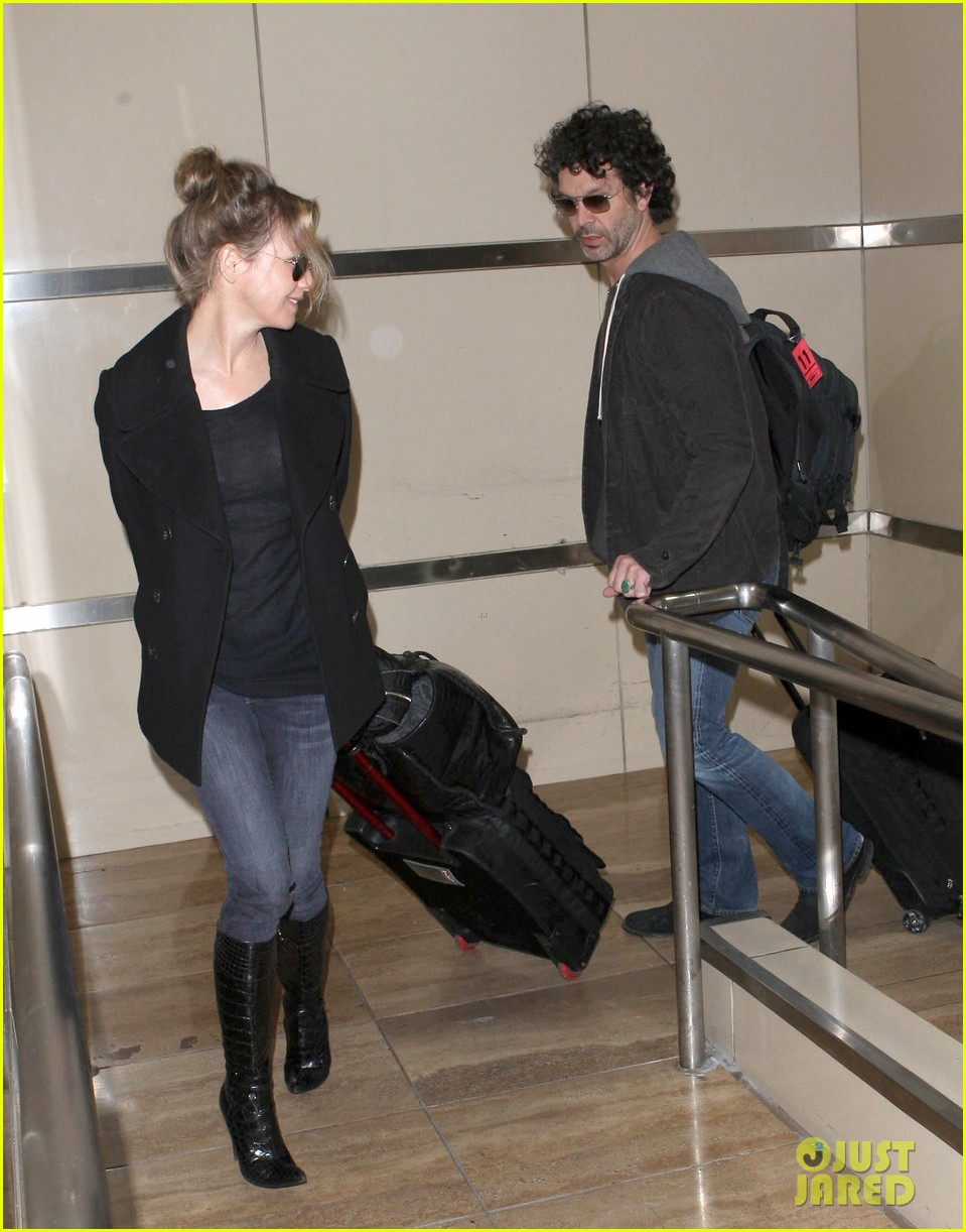 renee zellweger departs lax after chicago cast oscar news 08