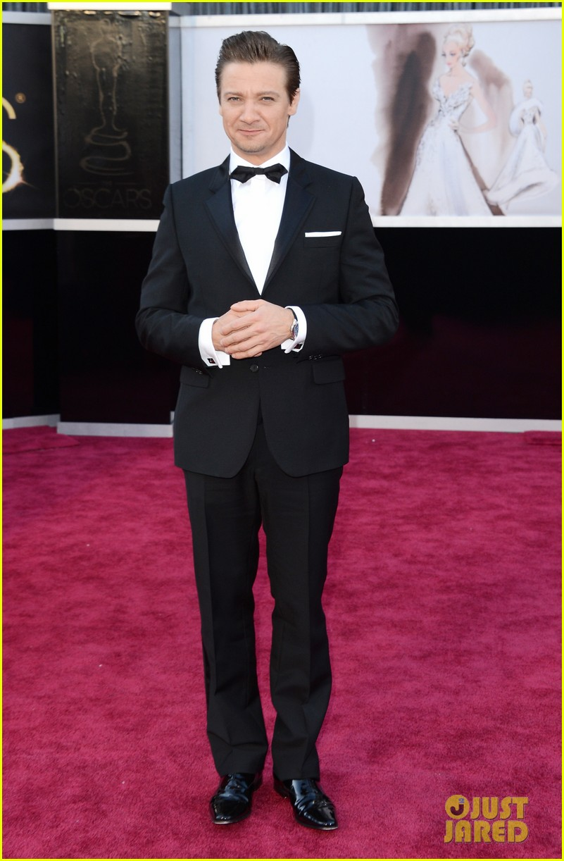 jeremy renner oscars 2013 red carpet 01