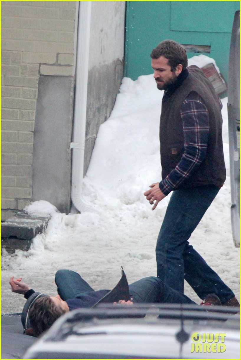 ryan reynolds punches scott speedman on queen of the night set 132811434