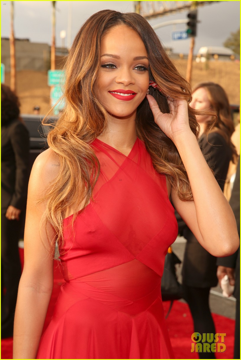 rihanna grammys 2013 red carpet 02
