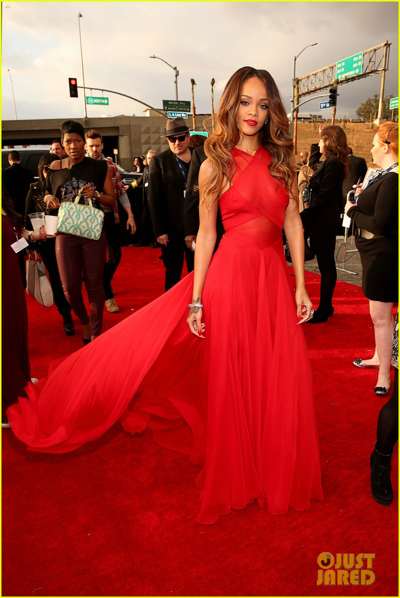 rihanna grammys 2013 red carpet 16