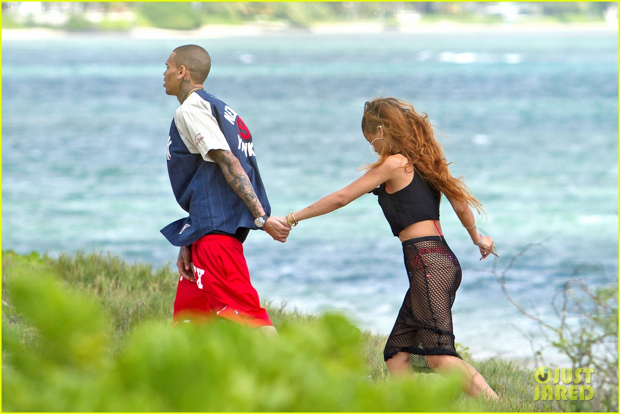 rihanna birthday stroll with chris brown in hawaii 01