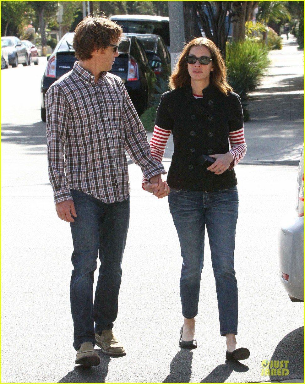 julia roberts danny moder hand holding santa monica couple 09