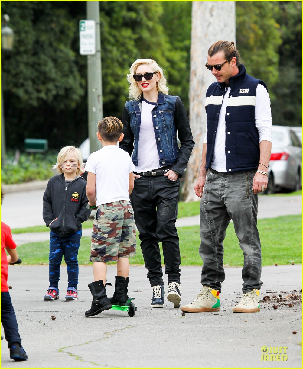 gwen stefani gavin rossdale scootering with the boys 18