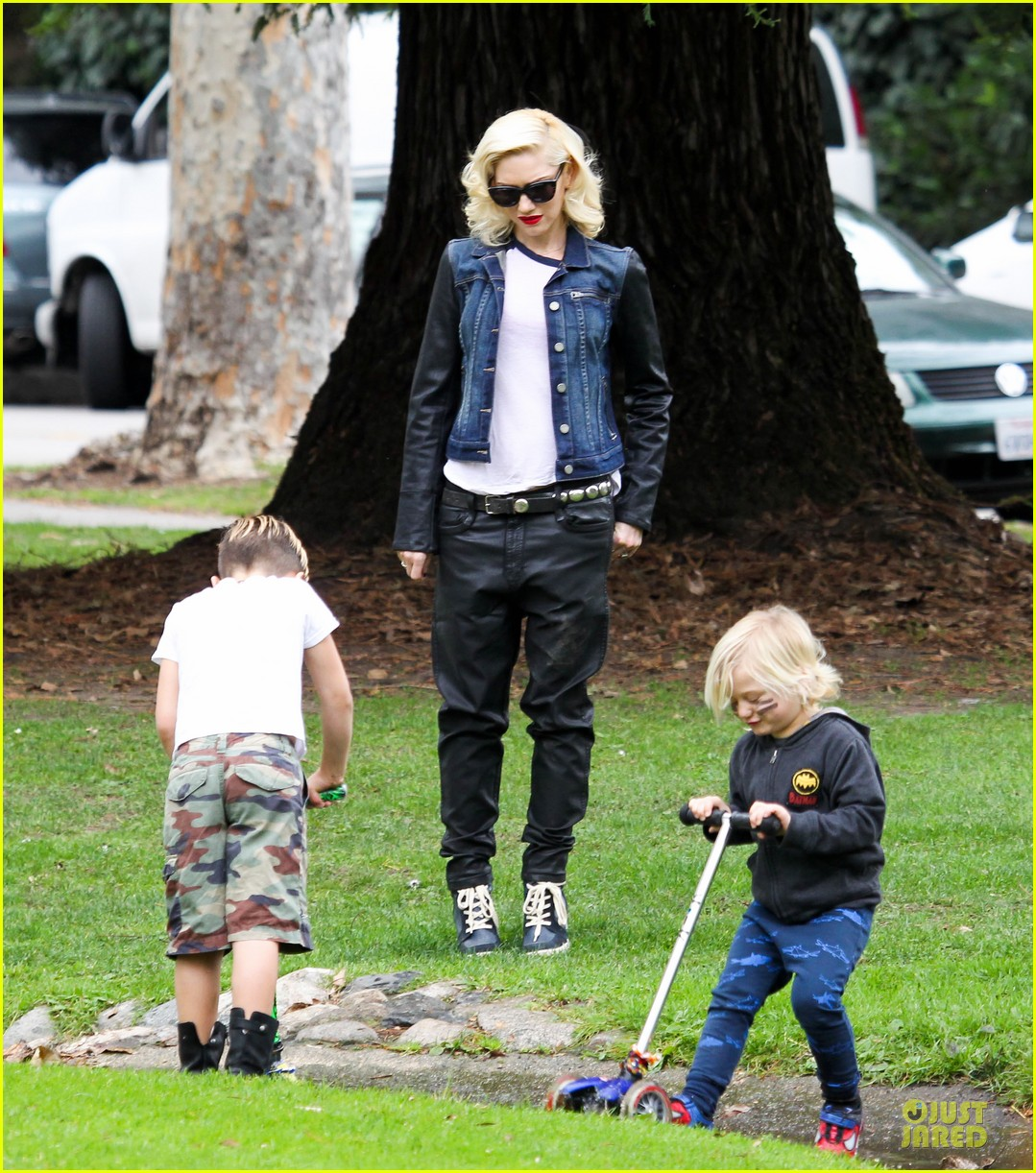 gwen stefani gavin rossdale scootering with the boys 19