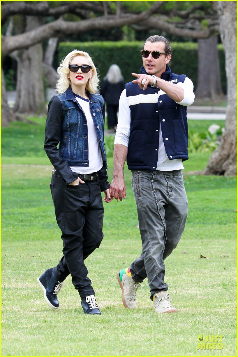 gwen stefani gavin rossdale scootering with the boys 21
