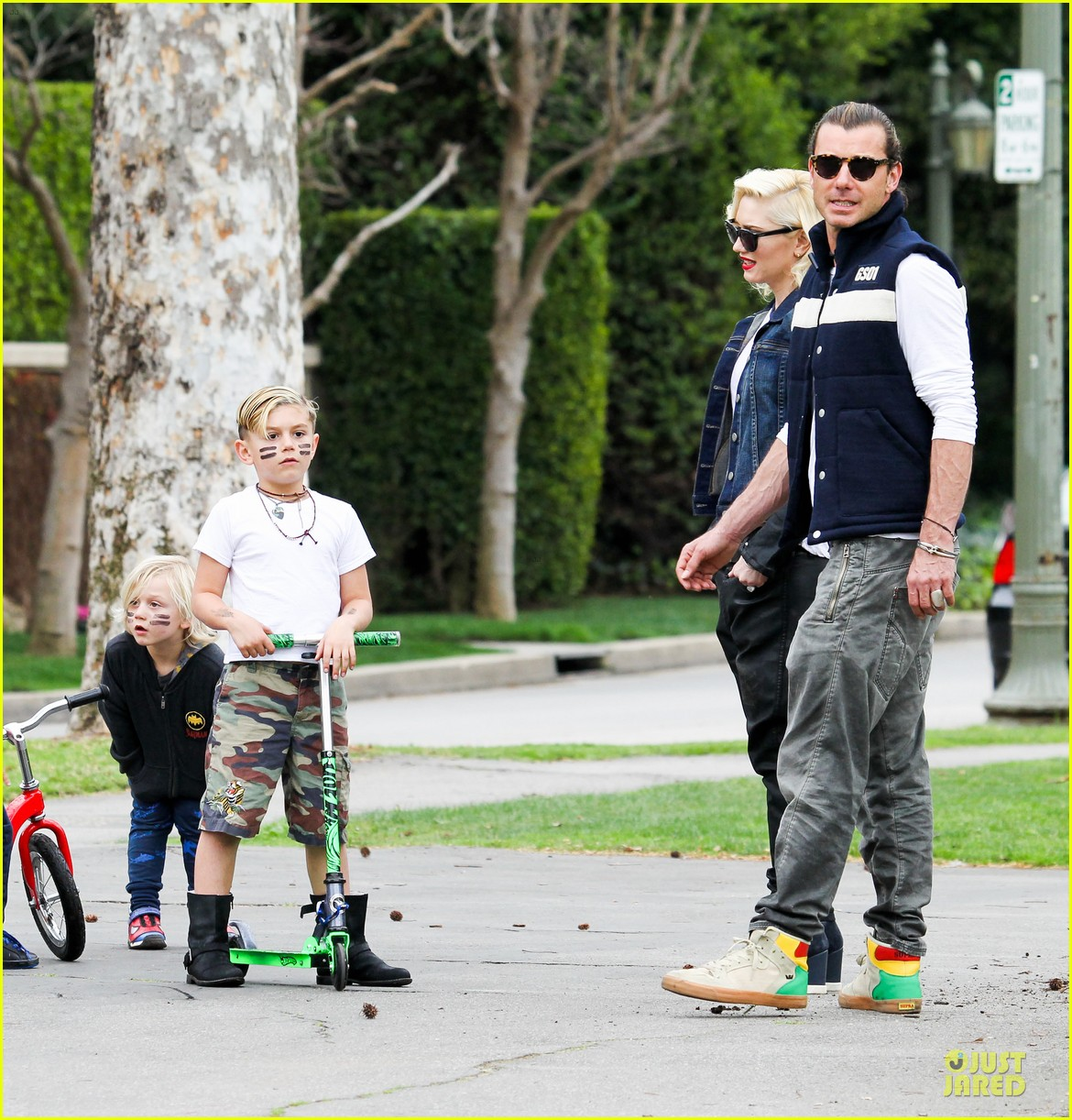 gwen stefani gavin rossdale scootering with the boys 22