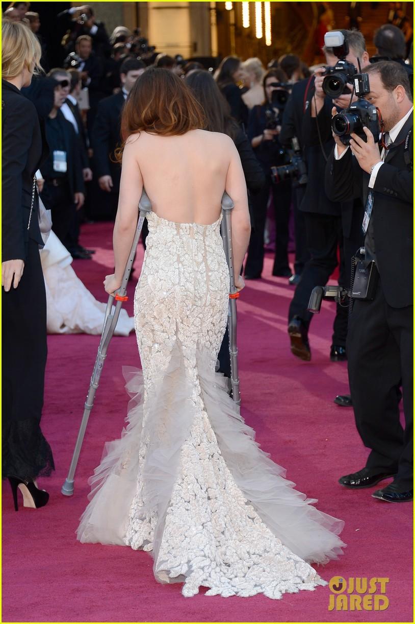 kristen stewart oscars 2013 red carpet on crutches 022819257