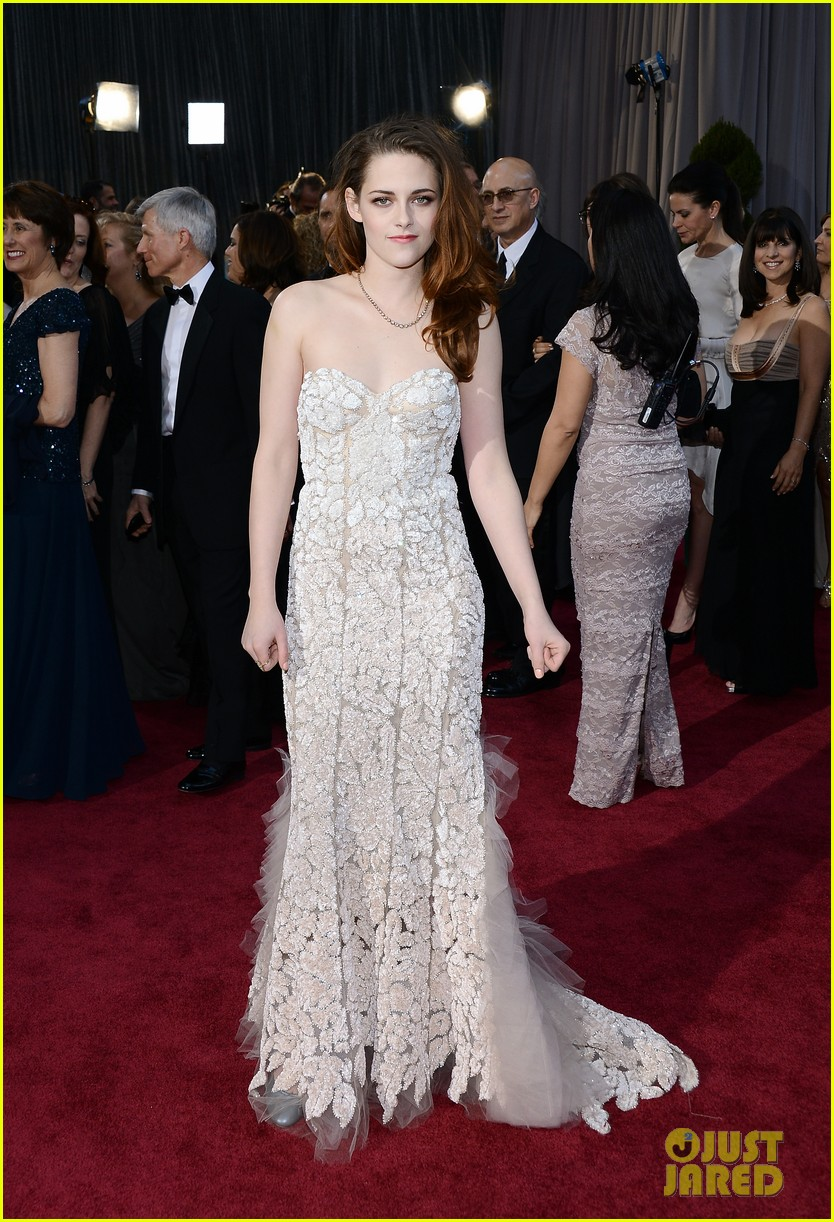 kristen stewart oscars 2013 red carpet on crutches 03