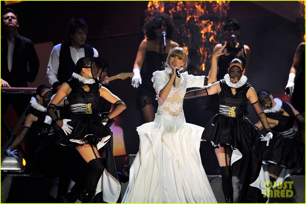 taylor swift brit awards 2013 performance watch now 09