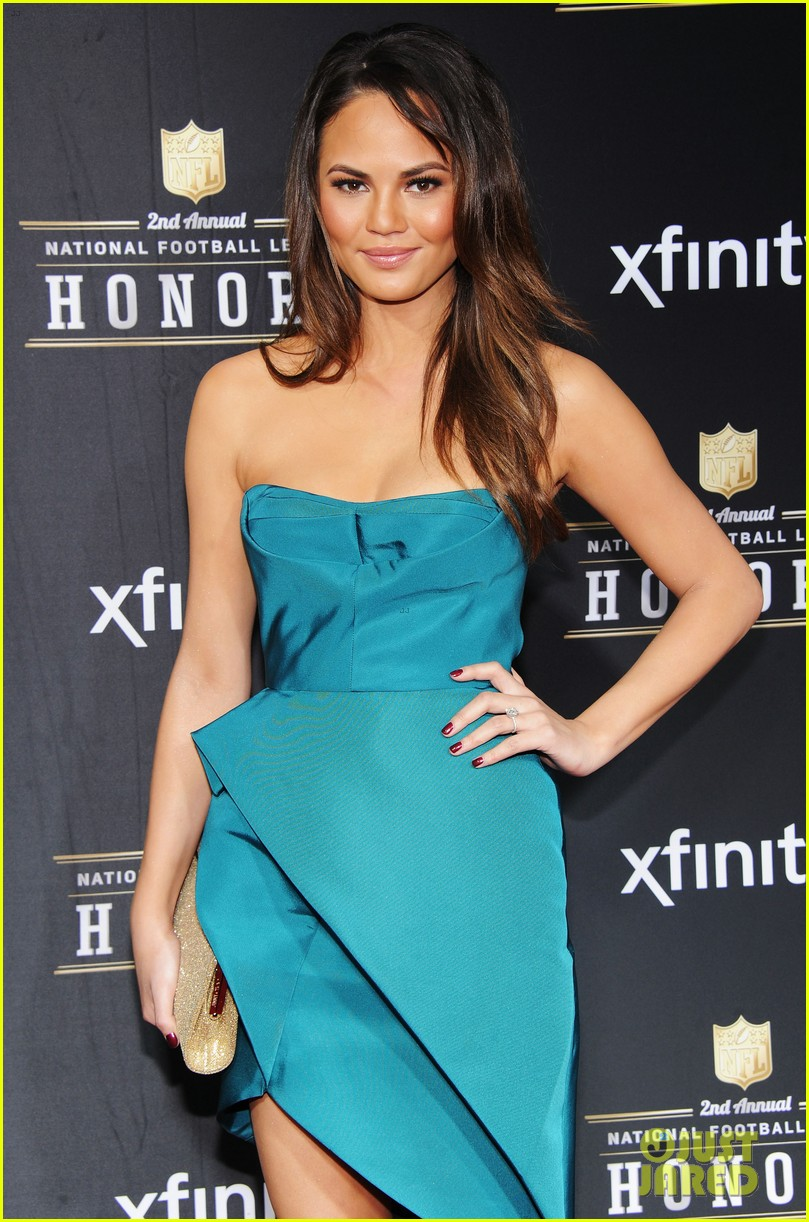 chrissy teigen hilaria thomas wear same dress to nfl honors 2013 07