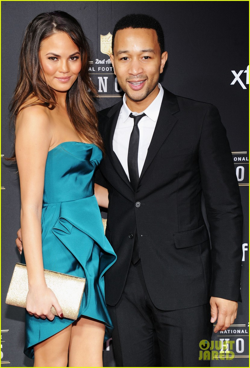 chrissy teigen hilaria thomas wear same dress to nfl honors 2013 08