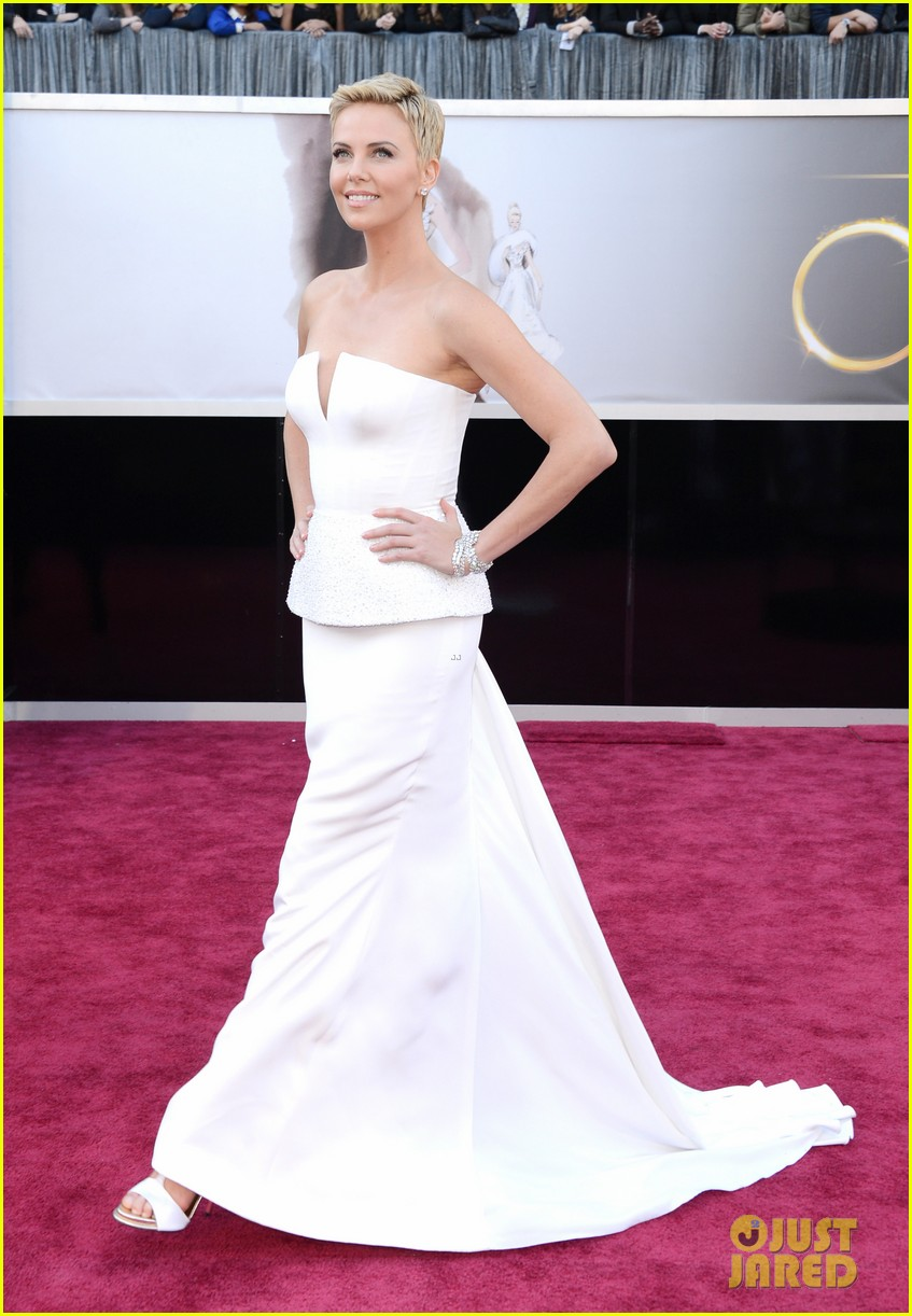 charlize theron oscars 2013 red carpet 09