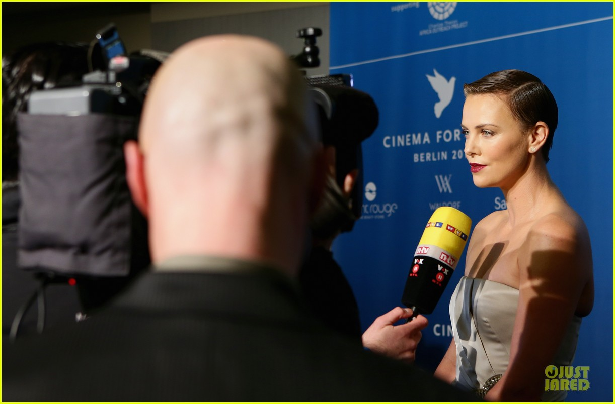 charlize theron cinema for peace gala 04