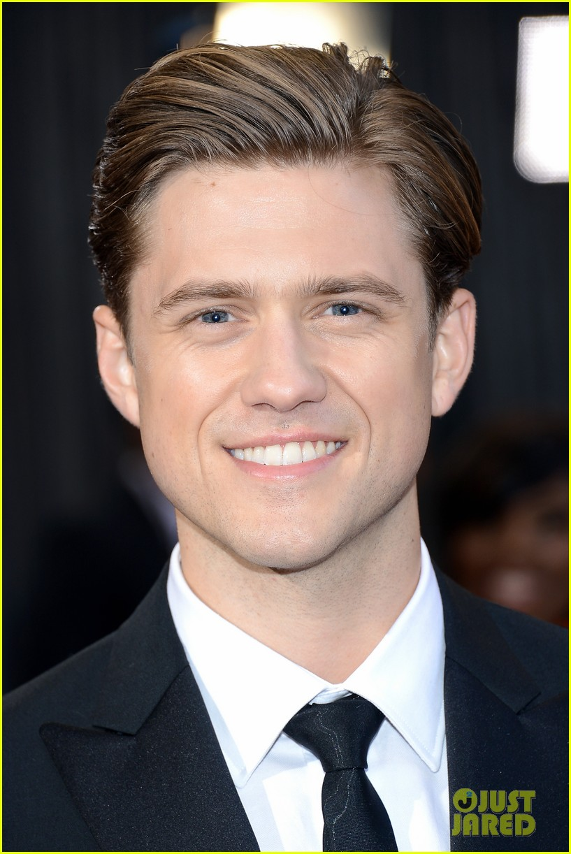 aaron tveit oscars 2013 red carpet 02