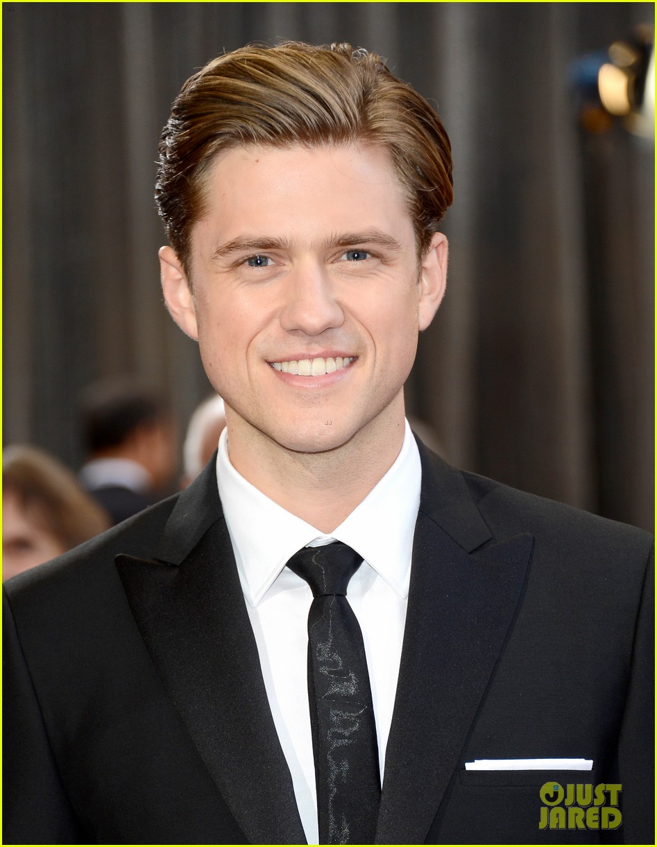 aaron tveit oscars 2013 red carpet 04
