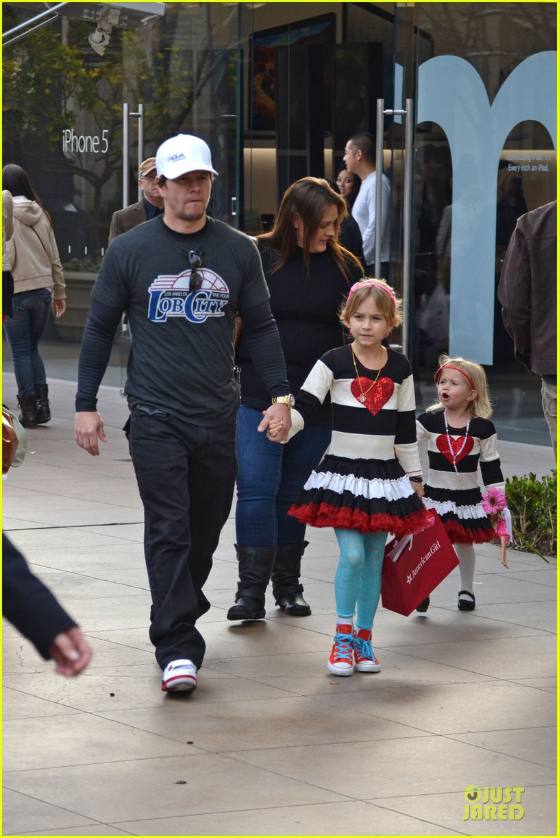 mark wahlberg grove shopping with the girls 01